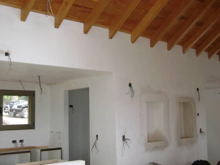 Vivienda Unifamiliar. Fabiana Ordoqui Arquitectura|Diseño: Pasillos y recibidores de estilo  por Fabiana Ordoqui  Arquitectura y Diseño.   Rosario | Funes |Roldán,