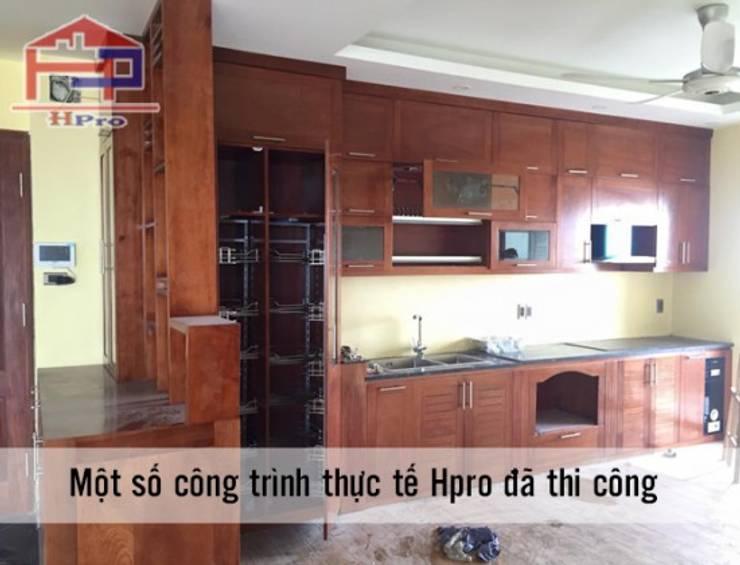 Ảnh thực tế tủ bếp gỗ xoan đào nhà chị Loan ở Thụy Khuê:  Kitchen by Nội thất Hpro