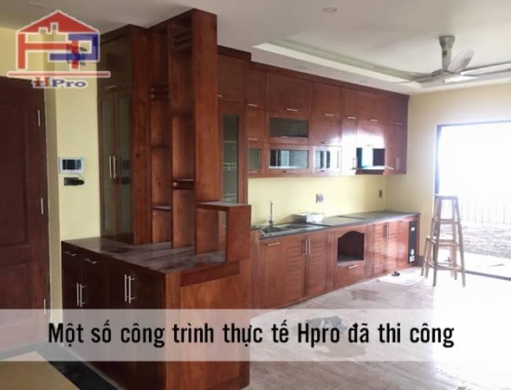 Ảnh thực tế tủ bếp gỗ xoan đào kèm vách ngăn nhà chị Loan ở Thụy Khuê:  Kitchen by Nội thất Hpro