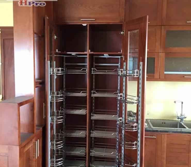Ảnh thực tế tủ kho trong hệ tủ bếp gỗ xoan đào kịch trần nhà chị Loan ở Thụy Khuê:  Kitchen by Nội thất Hpro