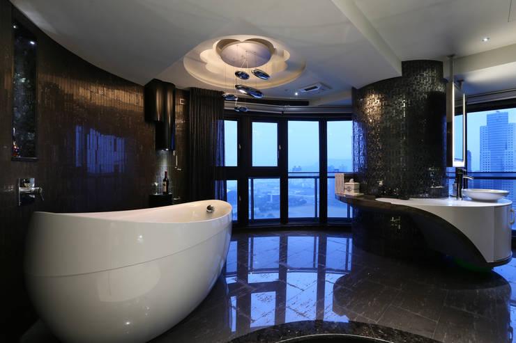 一品花園:  浴室 by 雅群空間設計