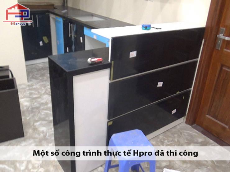 Ảnh thực tế quầy bar mini cùng tủ bếp acrylic nhà chị Ngọc ở Chùa Láng:  Kitchen by Nội thất Hpro