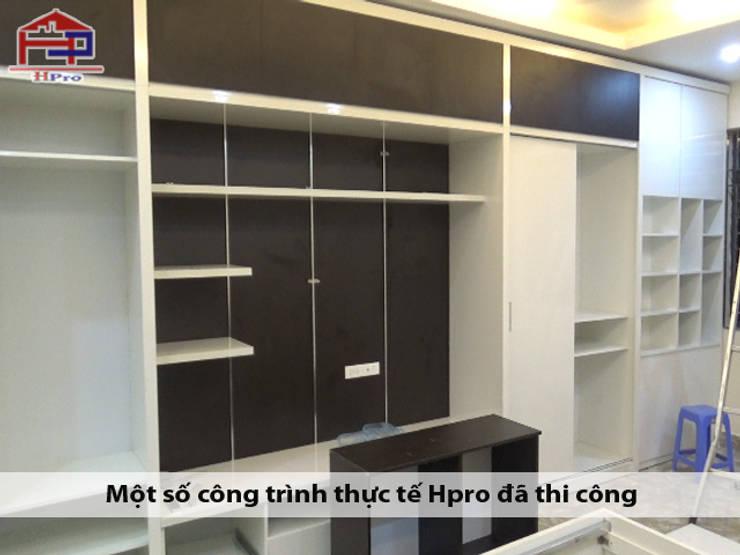Lắp đặt tủ quần áo kèm kệ tivi melamine nhà chị Ngọc ở Chùa Láng:  Bedroom by Nội thất Hpro