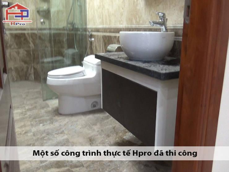 Ảnh thực tế tủ lavabo code nhựa picomat phủ acrylic nhà chị Ngọc ở Chùa Láng:  Bathroom by Nội thất Hpro