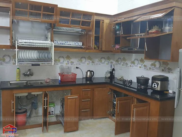 Ảnh thực tế tủ bếp gỗ sồi mỹ nhà chú Tâm ở Mê Linh:  Kitchen by Nội thất Hpro