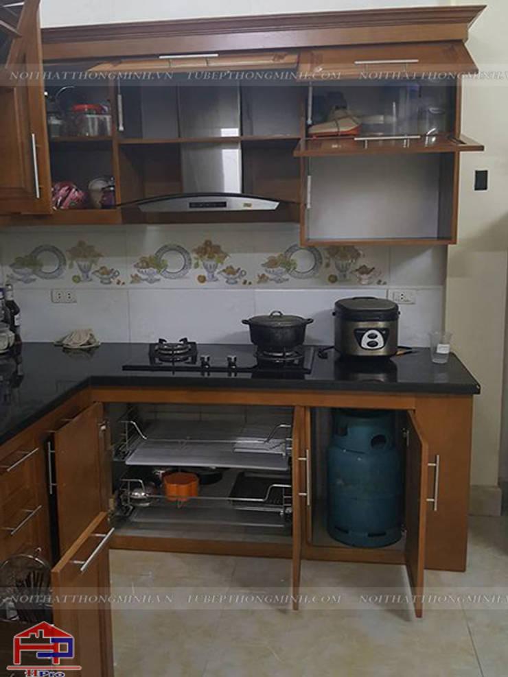Ảnh thực tế tủ bếp gỗ sồi mỹ tự nhiên 100% nhà chú Tâm ở Mê Linh:  Kitchen by Nội thất Hpro