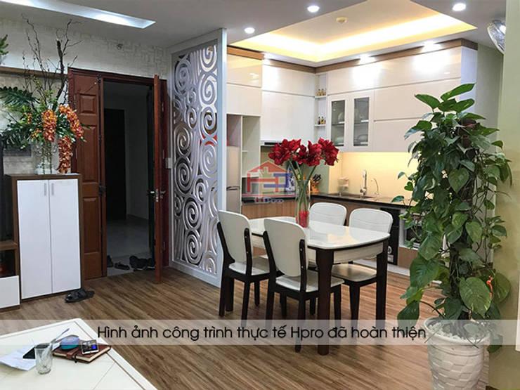 Hình ảnh thực tế tủ bếp acrylic kết hợp laminate kèm vách ngăn CNC nhà Mrs.Huyền ở Hoàng Cầu:  Kitchen by Nội thất Hpro