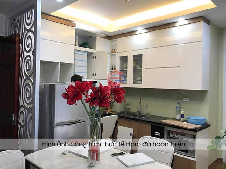 Thiết kế tủ bếp acrylic kết hợp laminate hình chữ L giúp tối ưu diện tích nhà bếp nhà Mrs.Huyền ở Hoàng Cầu:  Kitchen by Nội thất Hpro