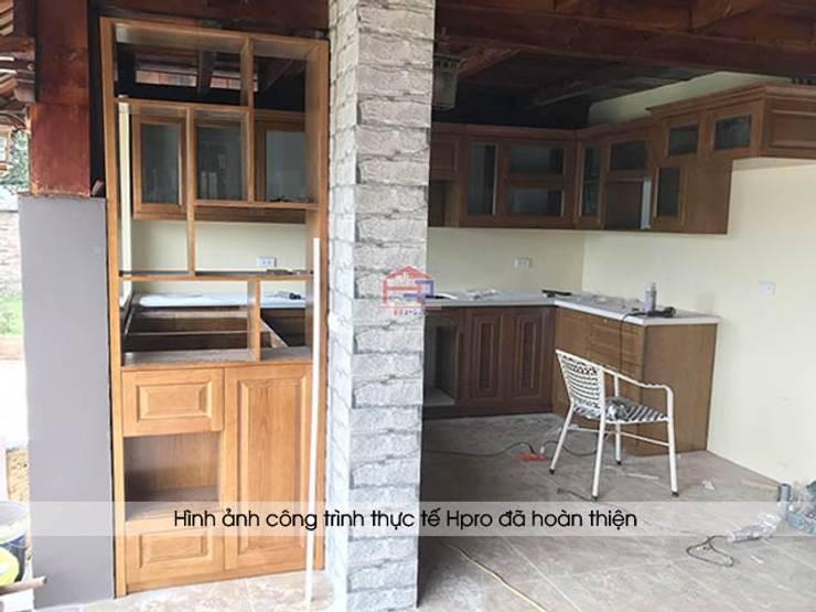 Thi công tủ bếp gỗ sồi mỹ và kệ trang trí cho khách hàng tại Hòa Bình:  Kitchen by Nội thất Hpro