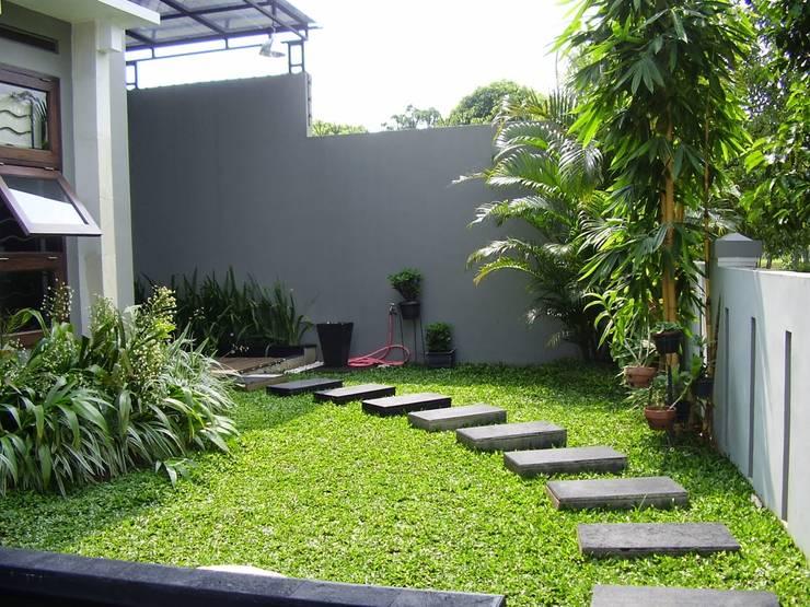 Tukang taman Minimalis Surabaya: Kolam taman oleh Tukang Taman Surabaya - flamboyanasri, Modern