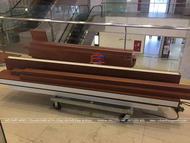 Vận chuyển gỗ laminate để tiến hành thi công cho nhà hàng Buffet Poseidon cơ sở 2:  Office spaces & stores  by Nội thất Hpro