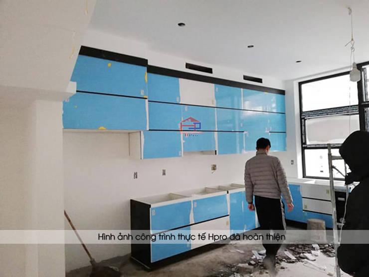 Ảnh thi công tủ bếp acrylic cánh tủ không tay nắm nhà anh Thành ở Tuyên Quang:  Kitchen by Nội thất Hpro