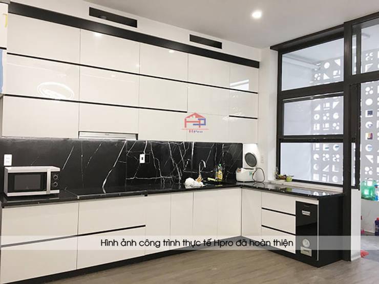 Hoàn thiện mẫu tủ bếp acrylic đen trắng nhà anh Thành ở Tuyên Quang:  Kitchen by Nội thất Hpro