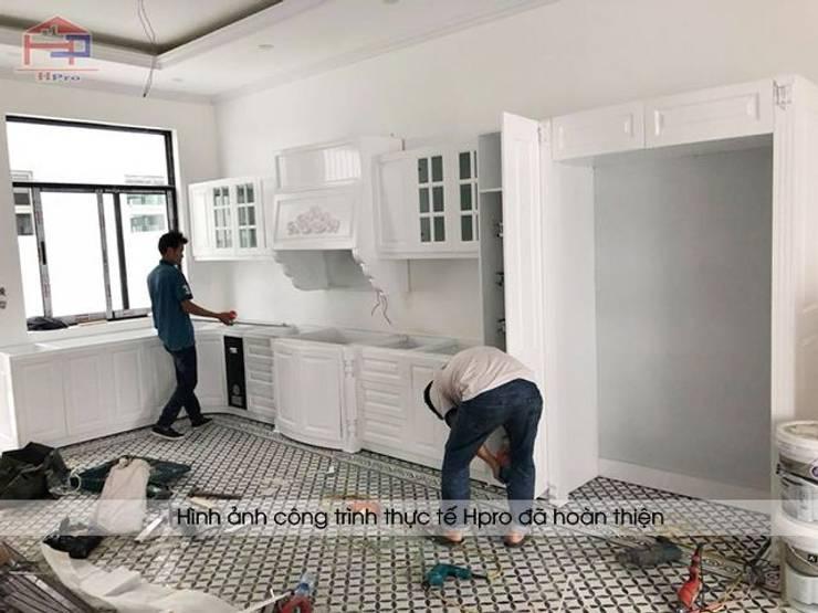 Ảnh thi công tủ bếp tân cổ điển nhà chú Đạt ở Long Biên:  Kitchen by Nội thất Hpro