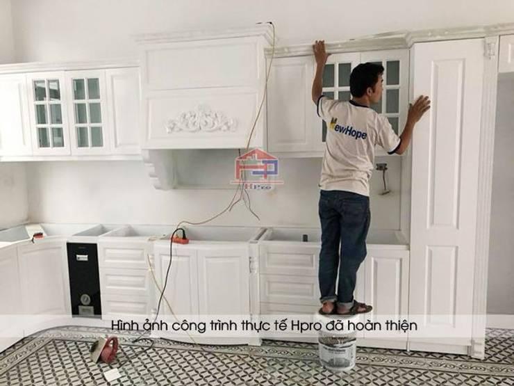 Ảnh thi công lắp đặt tủ bếp tân cổ điển MDF lõi xanh nhà chú Đạt ở Long Biên:  Kitchen by Nội thất Hpro