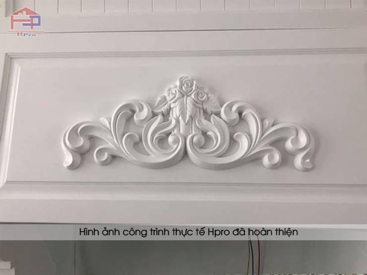 Ảnh thực tế hoa văn trên bộ tủ bếp tân cổ điển sử dụng công nghệ cắt CNC tiên tiến nhà chú Đạt ở Long Biên:  Kitchen by Nội thất Hpro