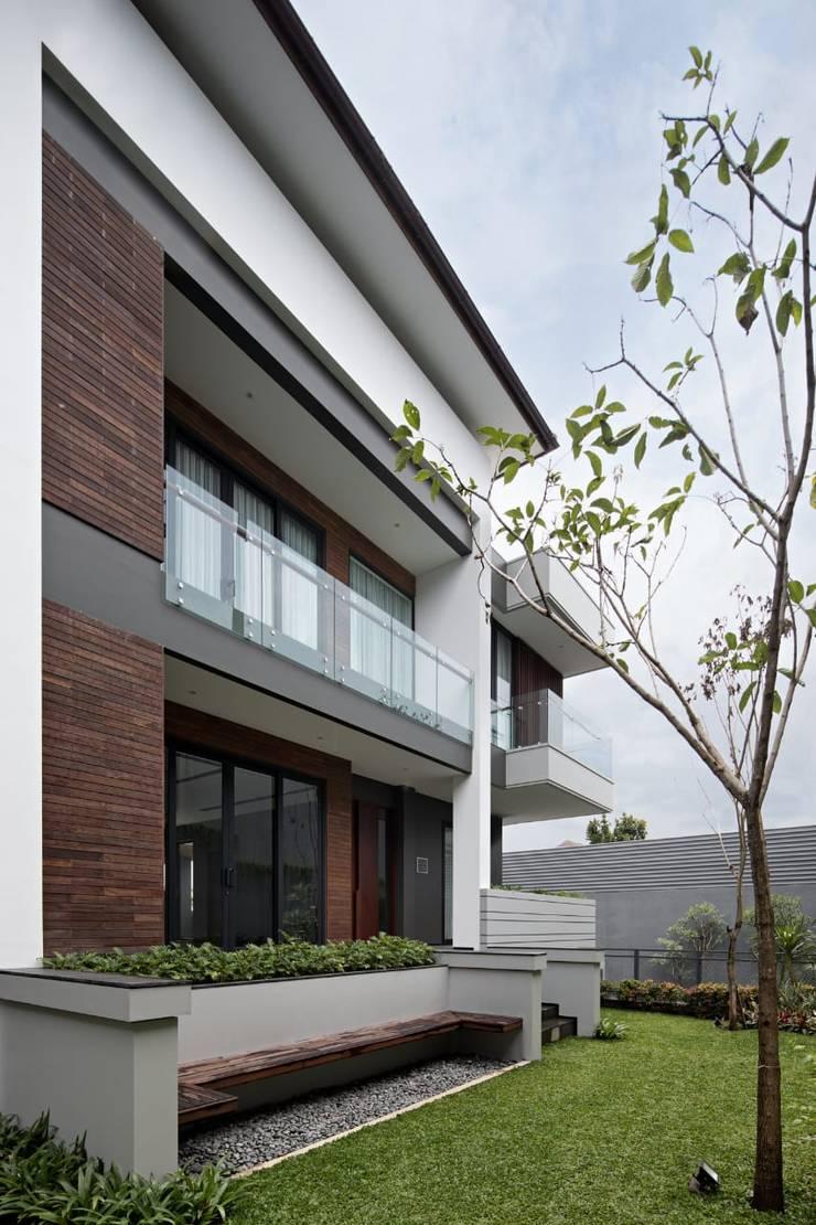 Gio House Setraduta:  Rumah keluarga besar by CV Berkat Estetika
