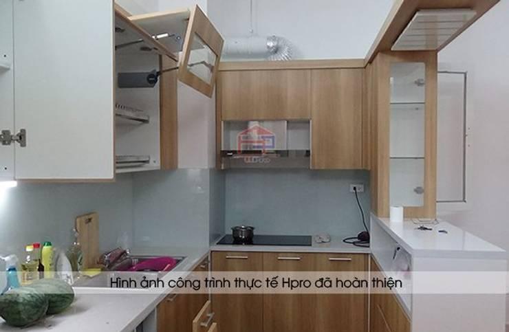 Hình ảnh bên trong hệ tủ bếp laminate kèm quầy bar nhà anh Lộc ở Cầu Giấy:  Kitchen by Nội thất Hpro