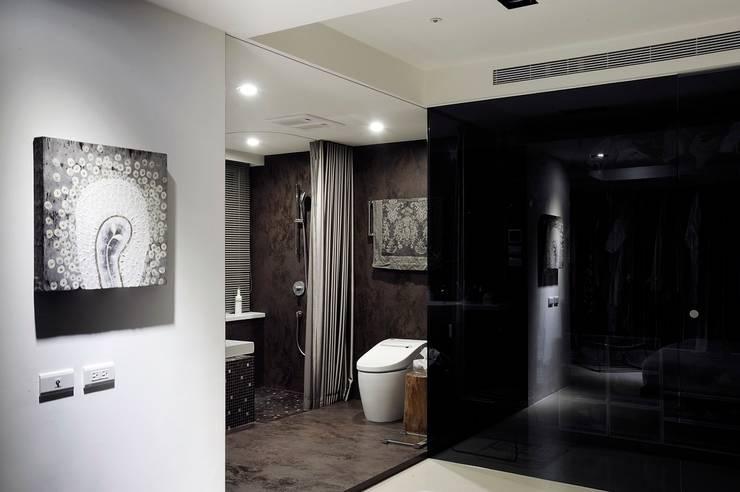 主臥浴室的另一角度:  浴室 by 直方設計有限公司