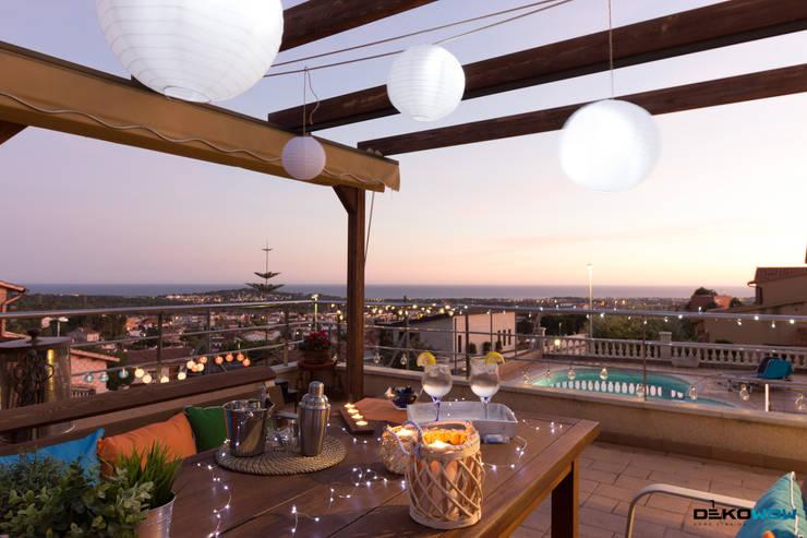 Jardín, piscina y terrazas:  de estilo  de Dekowow Home Staging