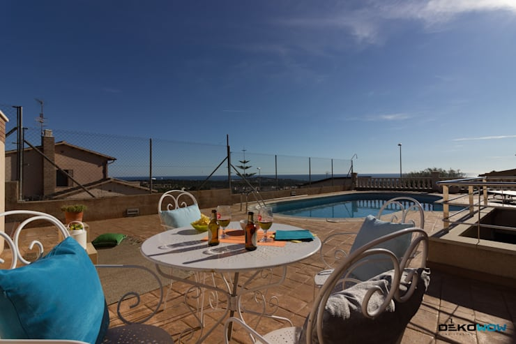 Jardín, piscina y terraza:  de estilo  de Dekowow Home Staging