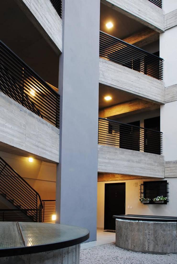 HEREDIA 1027: Casas multifamiliares de estilo  por BARRO arquitectos,