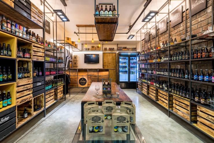 Bodega Cervecera - Centro Comercial el Polo II, Surco: Oficinas y Tiendas de estilo  por Baum Studio