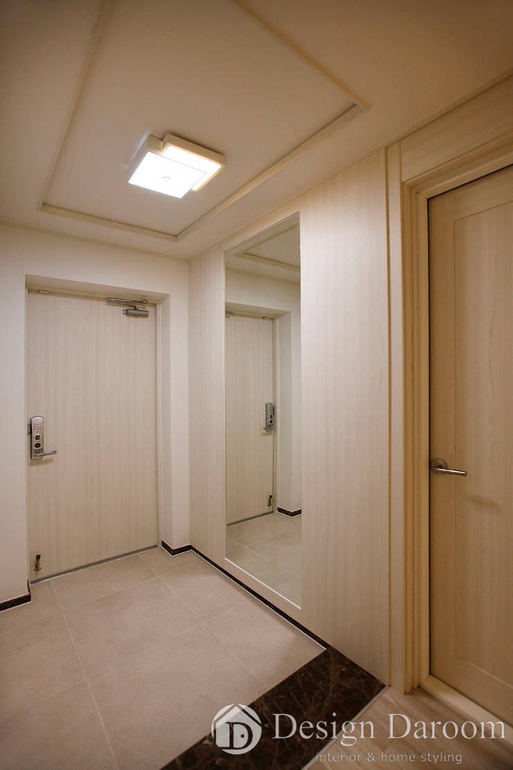 광장동 신동아 파밀리에 32py 현관: Design Daroom 디자인다룸의  복도 & 현관,