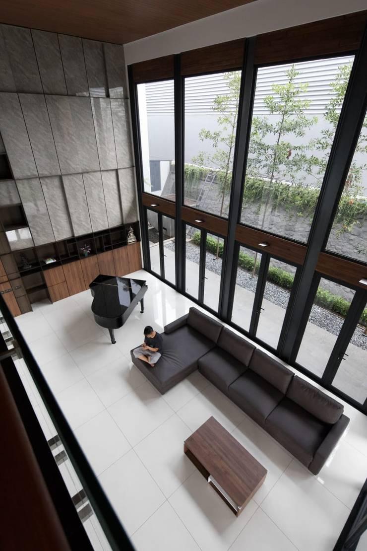 Gio House Setraduta:  Ruang Keluarga by CV Berkat Estetika