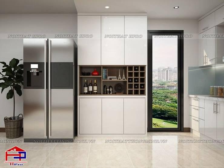Ảnh thiết kế tủ trang trí phòng bếp acrylic nhà chú Quang ở tòa Ruby1 Goldmark City:  Kitchen by Nội thất Hpro