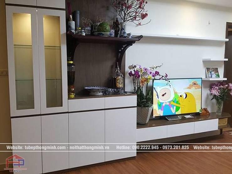 Ảnh thực tế nội thất phòng khách gỗ công nghiệp An Cường nhà anh Thảo ở Ngoại Giao Đoàn:  Living room by Nội thất Hpro