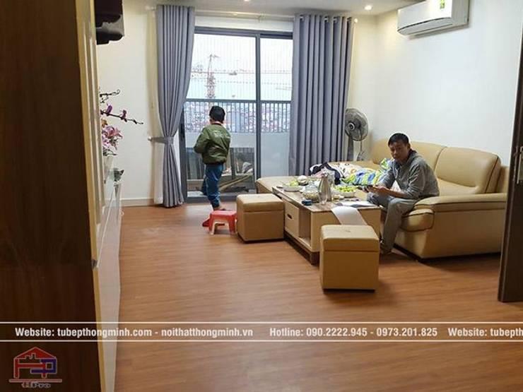 Ảnh thực tế nội thất phòng khách gỗ công nghiệp melamine nhà anh Thảo ở Ngoại Giao Đoàn:  Living room by Nội thất Hpro