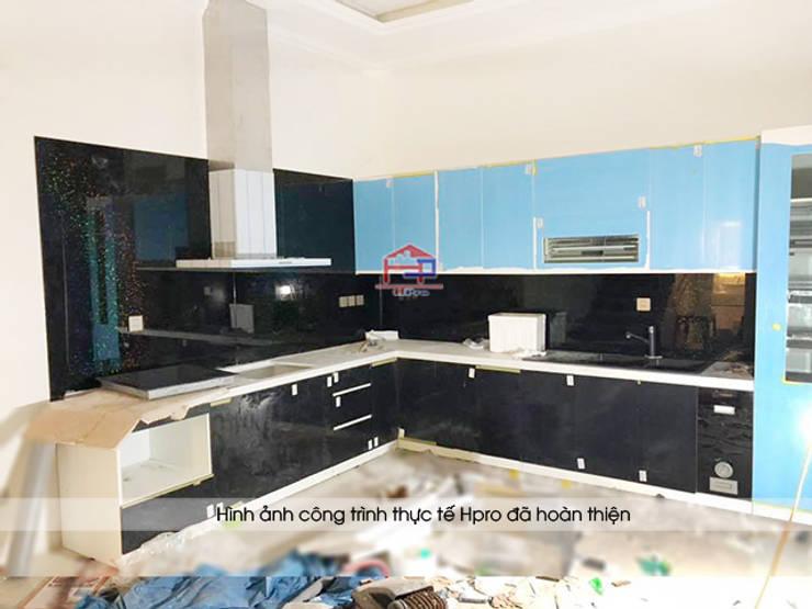 Ảnh thực tế tủ bếp acrylic nhà anh Trí ở Nam Định:  Kitchen by Nội thất Hpro