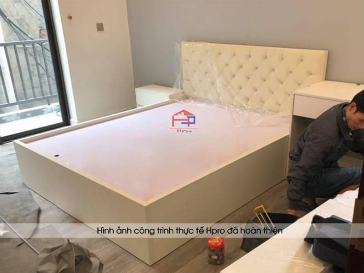 Ảnh thi công lắp đặt giường ngủ melamine màu trắng nhà anh Trí ở Nam Định:  Bedroom by Nội thất Hpro