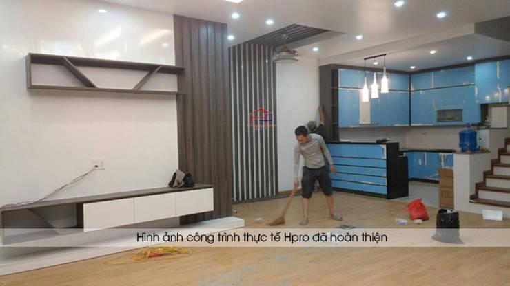 Hoàn thiện thi công nội thất phòng khách gỗ melamine và tủ bếp acrylic nhà chị Hương ở Sơn La:  Living room by Nội thất Hpro