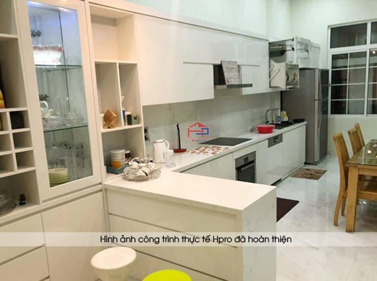 Ảnh thực tế tủ bếp acrylic kèm bàn đảo nhà chị Thu ở Long Biên:  Kitchen by Nội thất Hpro