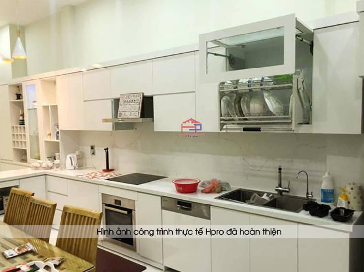 Ảnh thực tế tủ bếp acrylic chữ I màu trắng nhà chị Thu ở Long Biên:  Kitchen by Nội thất Hpro