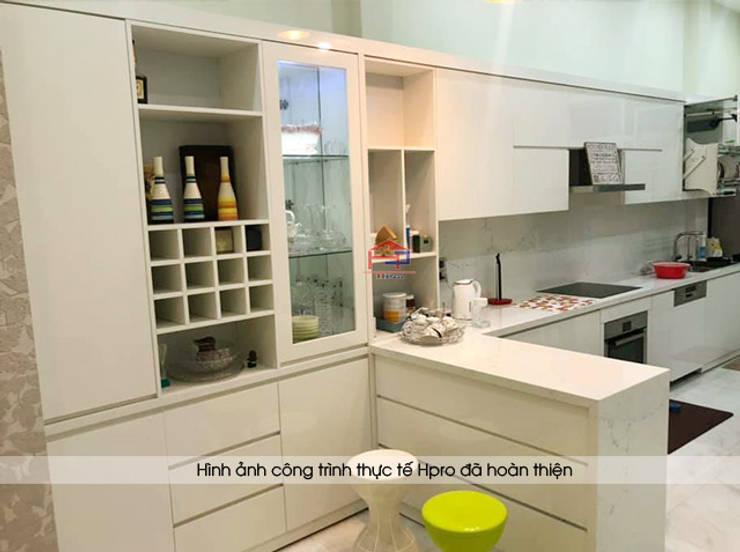 Ảnh thực tế quầy bar và tủ rượu acrylic nhà chị Thu ở Long Biên:  Kitchen by Nội thất Hpro