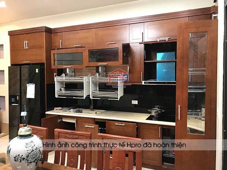 Ảnh thực tế tủ bếp gỗ sồi mỹ chữ L nhà anh Phương ở Đức Giang:  Kitchen by Nội thất Hpro