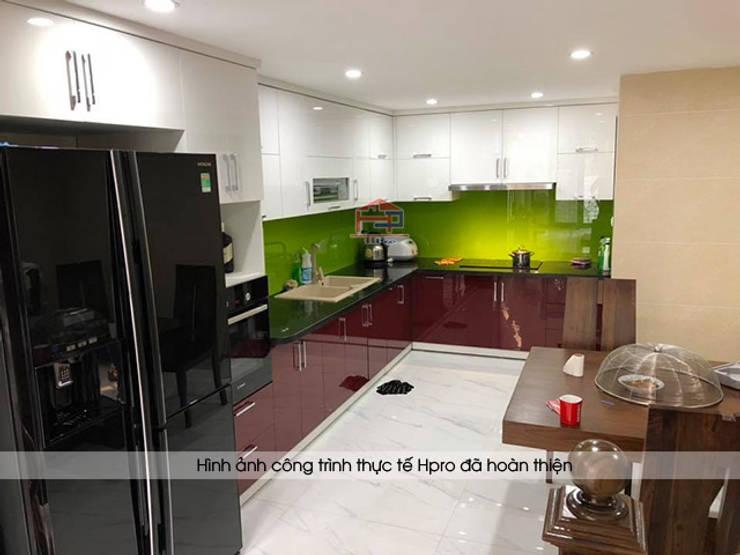 Ảnh thực tế tủ bếp acrylic nhà chị Yến ở Long Biên:  Kitchen by Nội thất Hpro