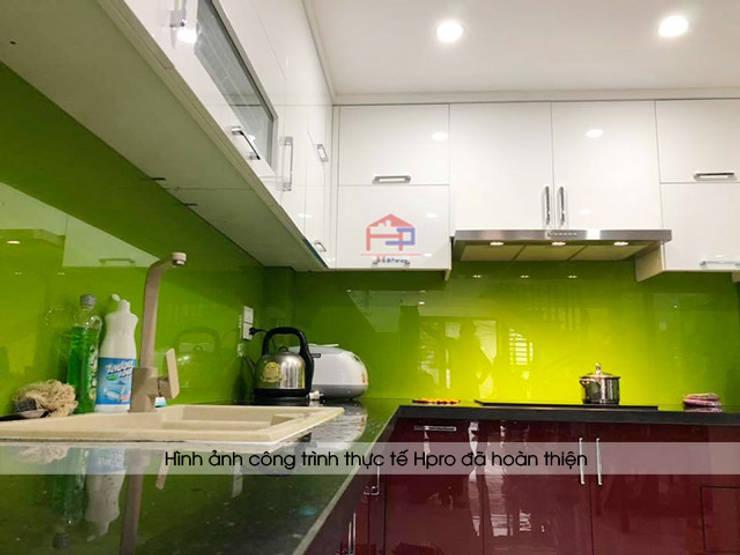 Ảnh thực tế tủ bếp acrylic màu trắng và đỏ nhà chị Yến ở Long Biên:  Kitchen by Nội thất Hpro