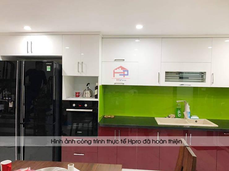 Ảnh thực tế tủ bếp acrylic chữ L nhà chị Yến sau khi hoàn thành lắp đặt và thi công:  Kitchen by Nội thất Hpro