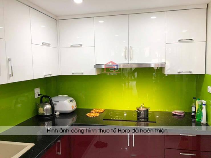 Ảnh thực tế tủ bếp acrylic và đá bàn bếp granite kim sa trung nhà chị Yến ở Long Biên:  Kitchen by Nội thất Hpro