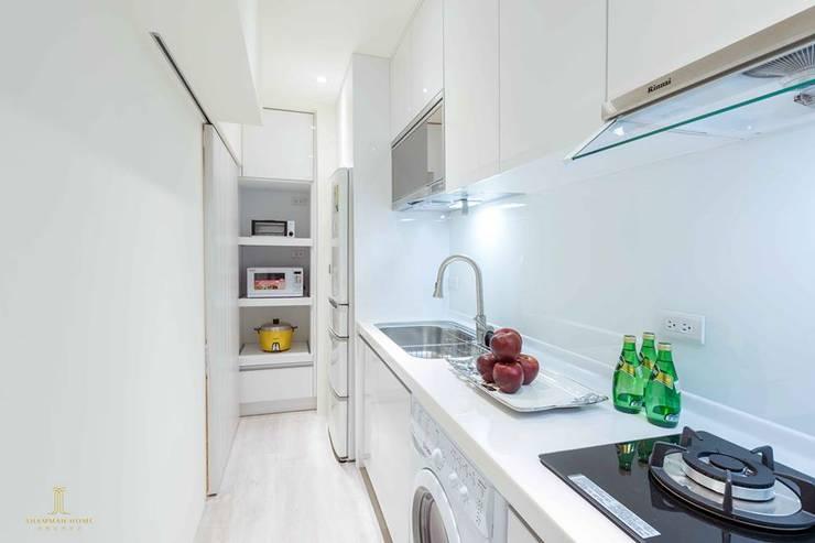 純白簡約  機能小套:  小廚房 by 沙瑪室內裝修有限公司