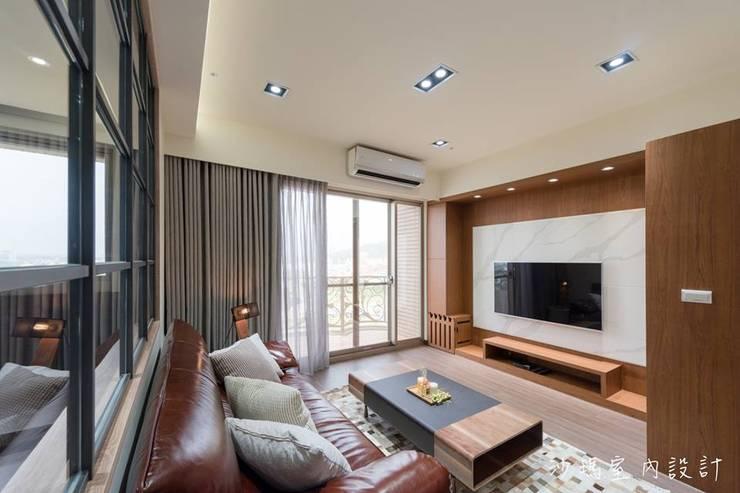 低調  奢華:  客廳 by 沙瑪室內裝修有限公司