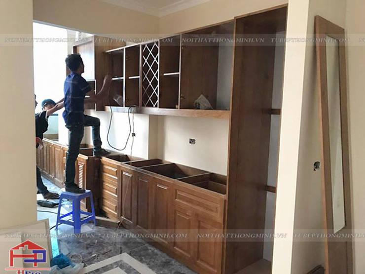 Ảnh thực tế mẫu tủ bếp gỗ sồi mỹ tân cổ điển nhà anh Dũng tại tòa Hei Tower:  Kitchen by Nội thất Hpro