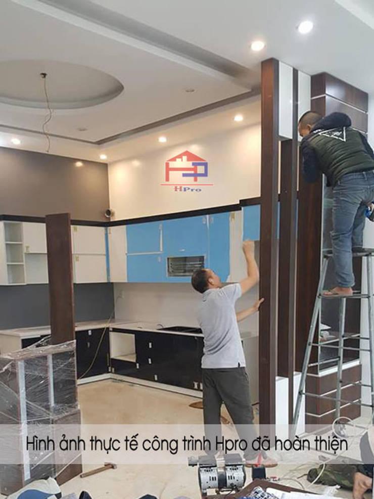 Thi công vách ngăn phòng khách và nhà bếp gỗ melamine nhà anh Thủy ở Hải Phòng:  Living room by Nội thất Hpro