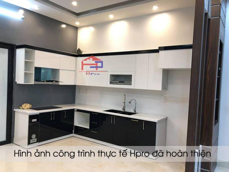 Ảnh thực tế tủ bếp acrylic chữ L nhà anh Thủy ở Hải Phòng:  Kitchen by Nội thất Hpro