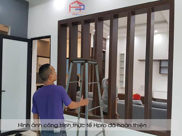 Thi công vách ngăn phòng khách gỗ melamine số 2 nhà anh Thủy ở Hải Phòng:  Living room by Nội thất Hpro