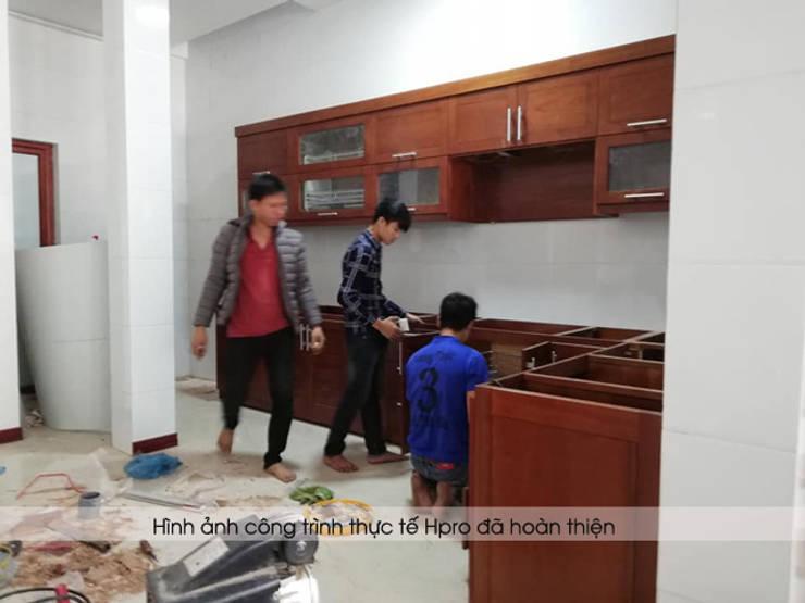Ảnh thi công tủ bếp gỗ xoan đào 100% nhà anh Lý ở Vinh:  Kitchen by Nội thất Hpro